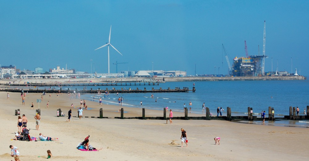 Lowestoft_beach_and_outer_harbour